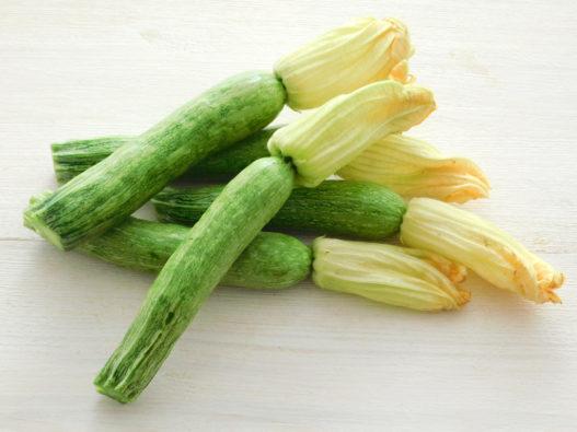 Zucchine chiare con i fiori