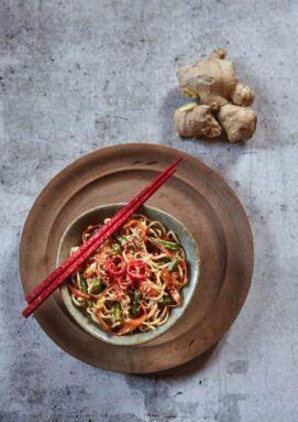 Noodles con fagiolini, carote e zenzero